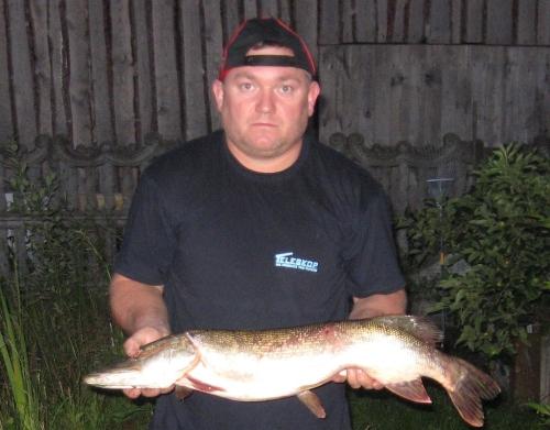 Na rzece Postomii kol. Dariusz Sutryk złowił szczupaka o wadze 4 kg i 83 cm długości